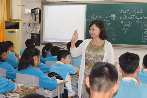 执教多年的韩茜存老师走近学生中间提问_副本