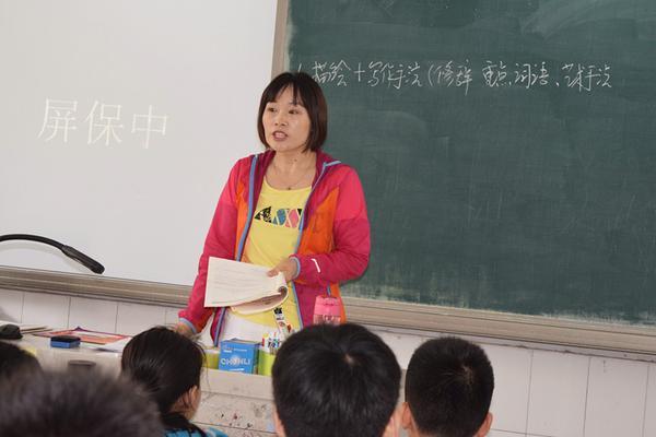 语文老师杜继红为学生们讲解习题_副本