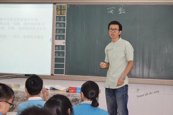 数学老师郭斌为学生们讲解实数的概念_副本