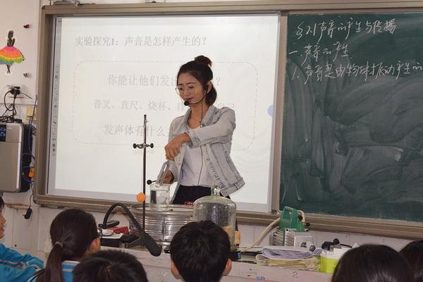 物理老师姜悦为学生们做实验_副本