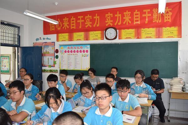 郑州三中校领导和检查组成员一起听物理课_副本