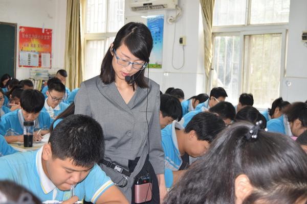 陈晓娜老师为学生当面批改作业
