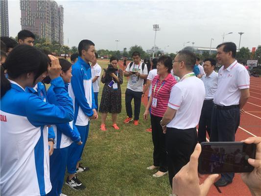刘东副市长与郑州十一中学子、田径队队员王奥飞同学亲切交谈