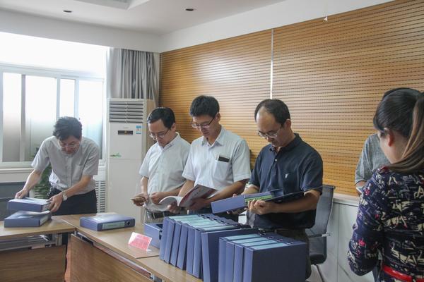 4检查组专家领导查阅道德课堂档案材料