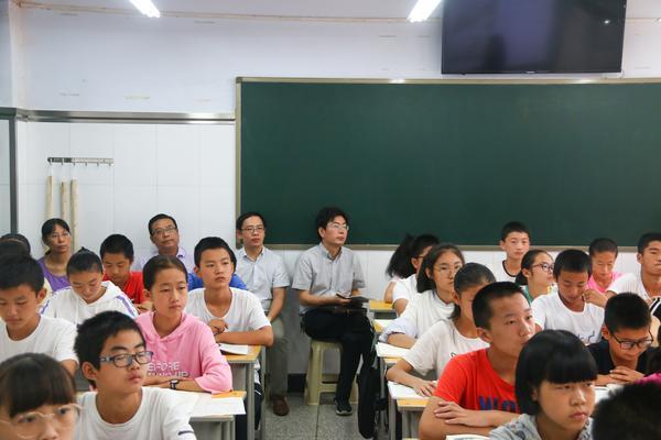 5曾涛书记陪同检查组专家领导现场观课