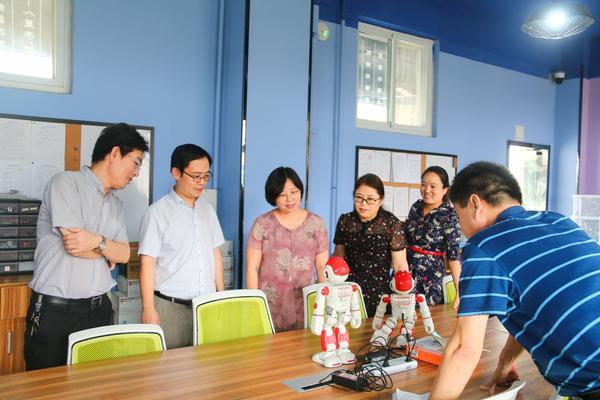 6贾惠芬校长带领检查组领导实地检查学校教育教学设施