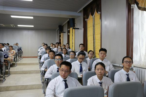 学生团员干部代表认真聆听