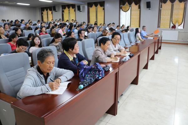 退休老干部党员代表积极参加听党课