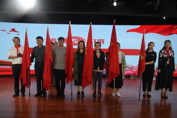复件 校党委书记王海方向中队授旗