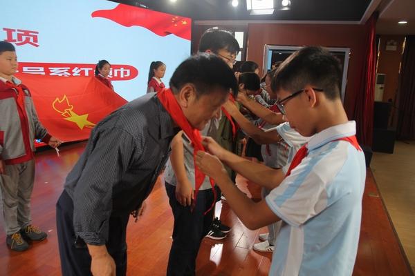 复件 少先队员为中队辅导员戴红领巾