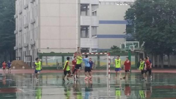 5训练队队员冒雨进行教学比赛(刘大梅老师提供)