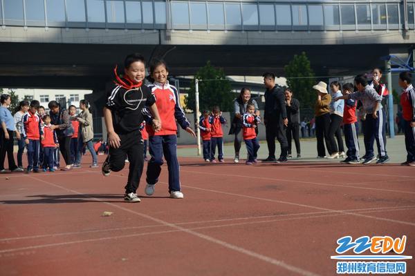 盲孩子们奋力奔跑,一路向前冲