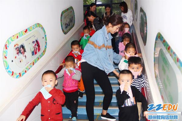 孩子们在老师的引导下有序撤离