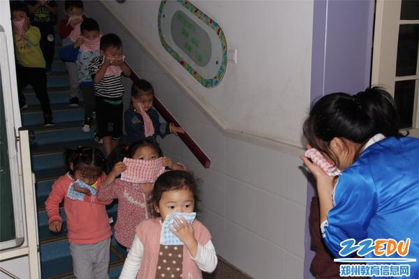 老师提醒孩子们要捂住口鼻