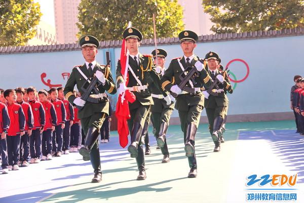 天安门国旗护卫队退役官兵与二七区祥云路小学学生一起庆祝祖国生日