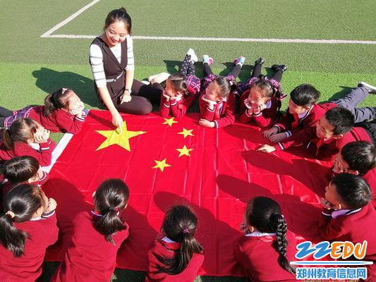 二七区兴华二小老师带领孩子们认识国旗,用行动托起中国梦!3