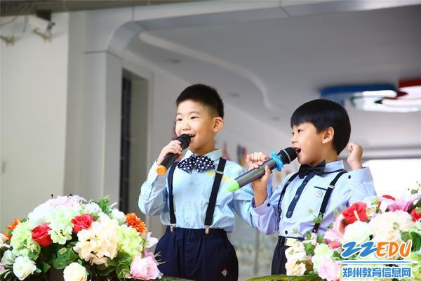 运动员代表带领小朋友们宣誓