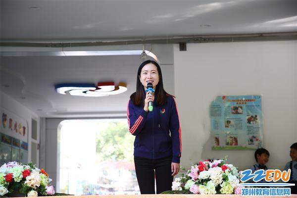 副园长张雪预祝孩子们的运动会圆满成功