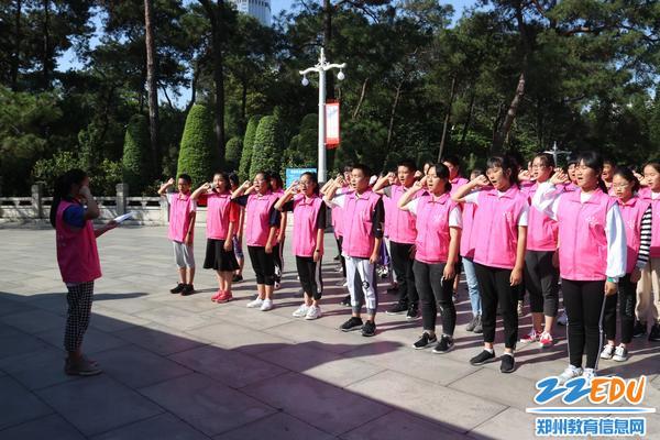 6同学们在广州起义烈士陵园前庄严宣誓