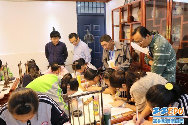 赵学振副校长和家长一起体验社团活动