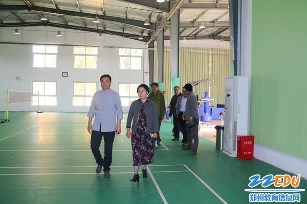 3贾惠芬校长带领郑建华主任一行检查教职工活动中心-12