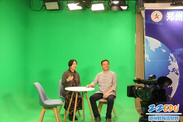 5贾惠芬校长与郑建华主任一同体验校园电视台虚拟演播区