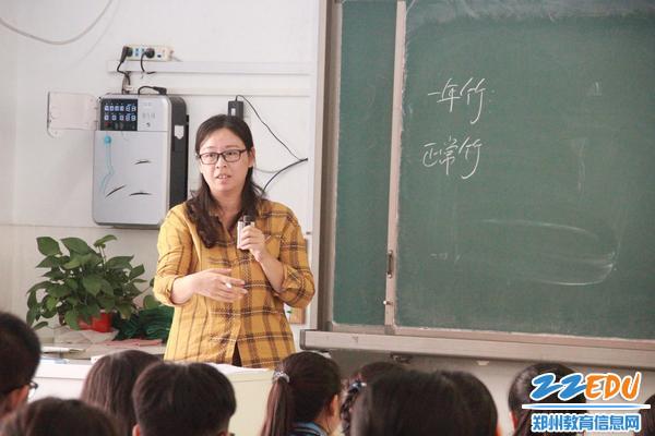 7、张丽华老师正在上语文课