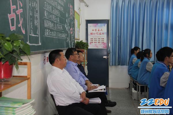 9、学校领导陪同专家观摩课堂