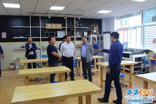 16、学校领导陪同专家参观学科活动室_副本