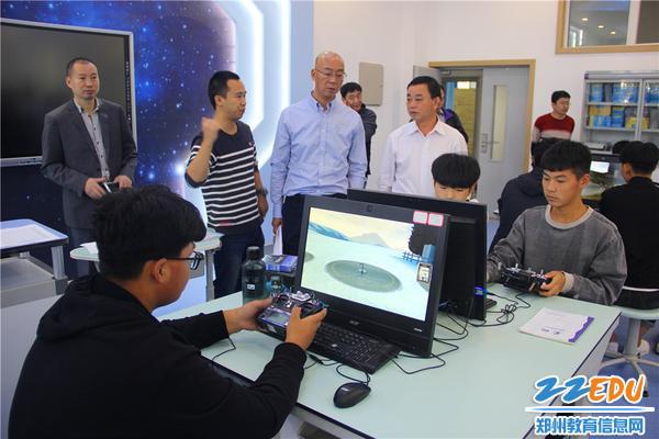 察看无人机专业模拟实操实训室