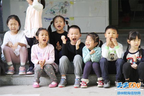 小小啦啦队为老师们呐喊助威