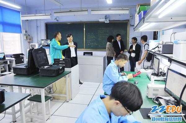 参观计算机专业实训室