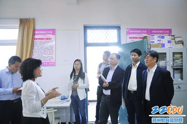 学校德育名师李迪向专家赠书并交流