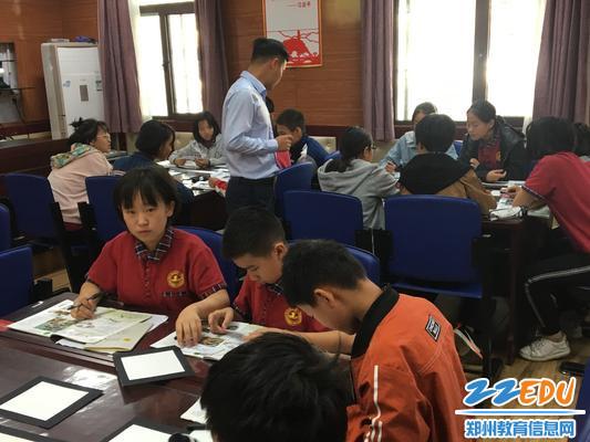 刘成帅老师在关注学生创作过程