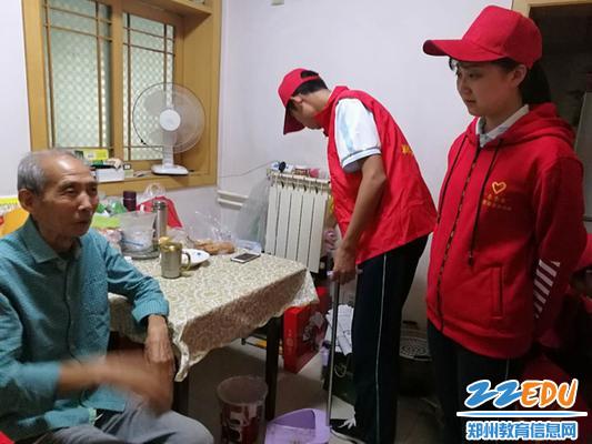 复件 学生志愿者与老教师聊天