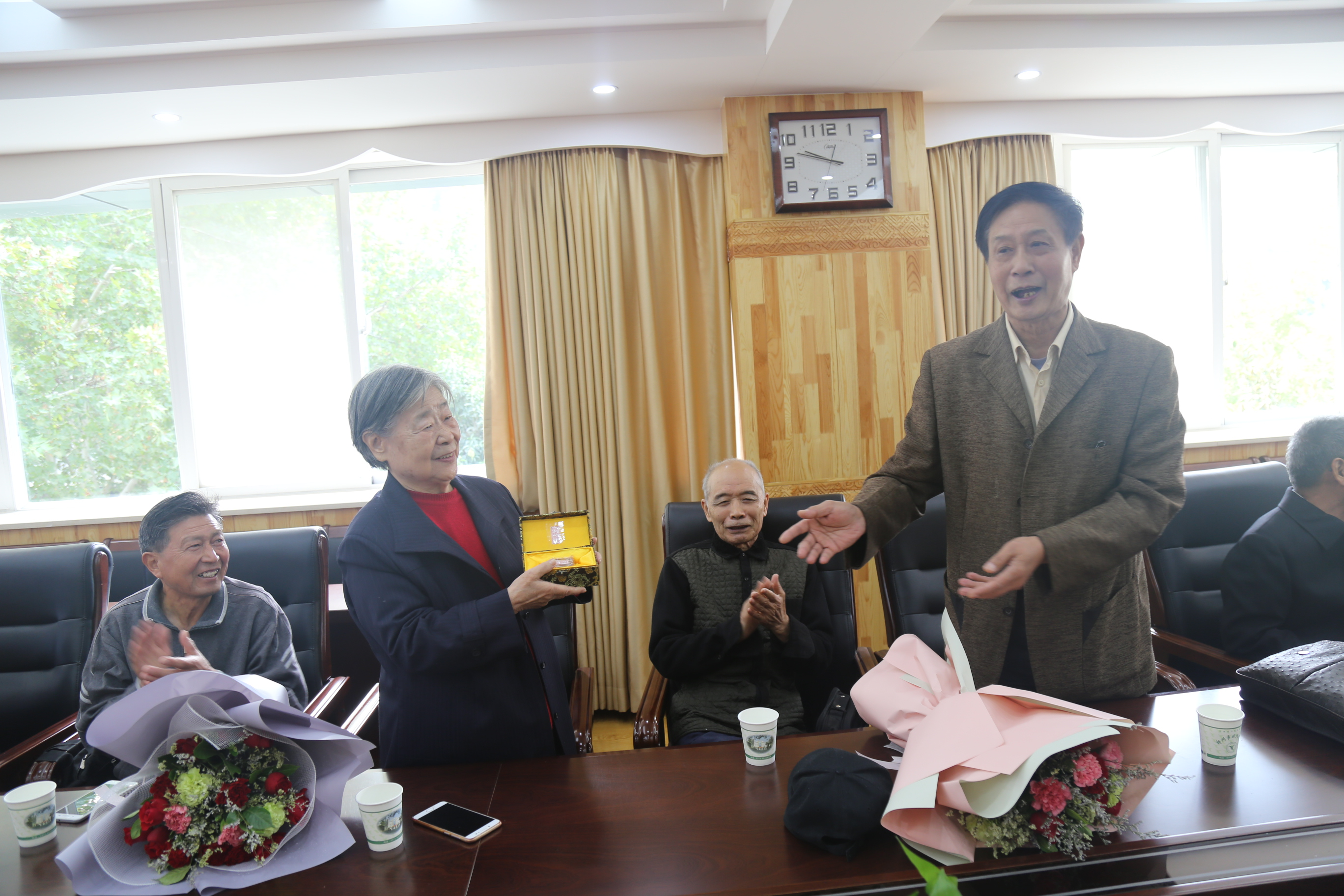 郑州回中党委书记崔振喜,副校长楚长鸿,纪委书记谢悦和校友们共叙母校