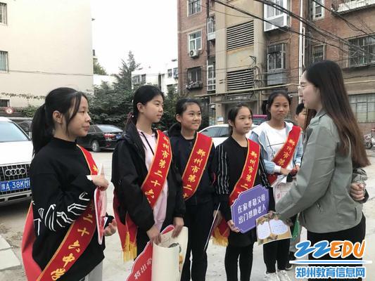 社团辅导老师李欢欢指导学生志愿者开展服务活动
