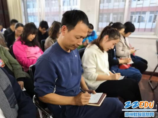 教师在感言卡上记录自己的感想