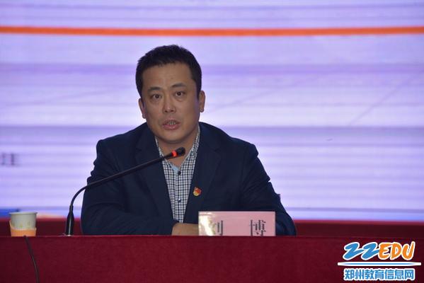 区教体局局长刘博主持报告会_调整大小