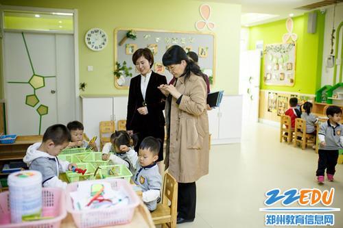 评估组专家走进班级,观察幼儿的游戏活动