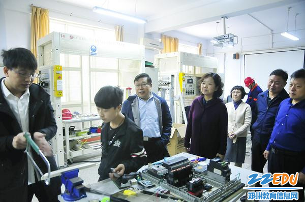 郑州市科技工业学校领导看望结对师生