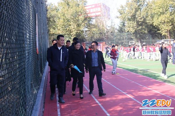 惠济教体局局长刘博、副局长王新芳观看大课间现场会_调整大小