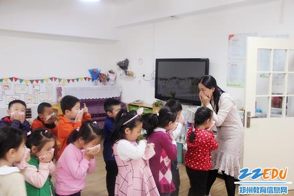 老师听到预警后第一时间带领孩子们撤离