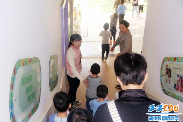安全岗人员协助班级教师引领孩子们安全撤离