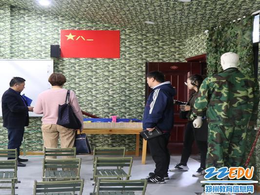 督导组参观45中特色的国防教育教室