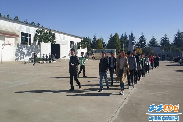 学生整齐列队进入车间进行参观