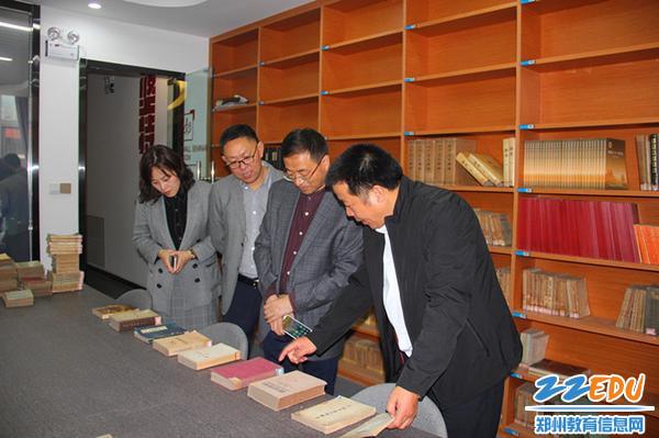6、学校领导介绍图书馆藏书_副本