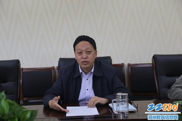 郑州回中党委书记崔振喜带领大家共同学习