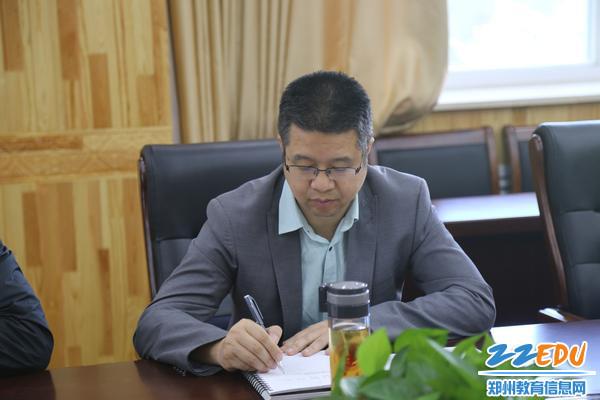 郑州回中中心组成员夏向阳认真学习记录