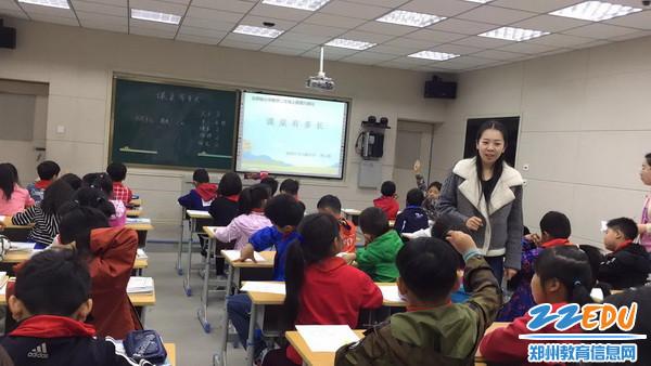 谭云格老师正在讲课_调整大小